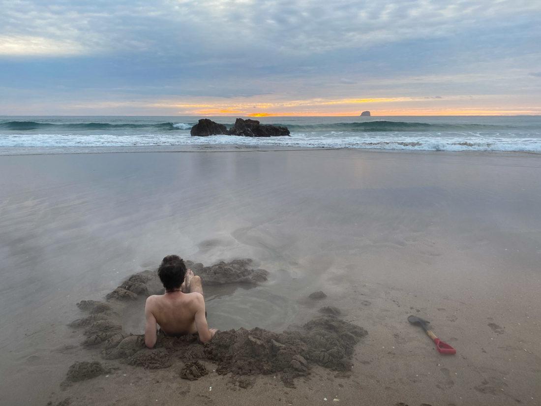 Creuser votre propre baignoire spa à Hot Water Beach au lever du soleil sur l'île du Nord de la Nouvelle-Zélande