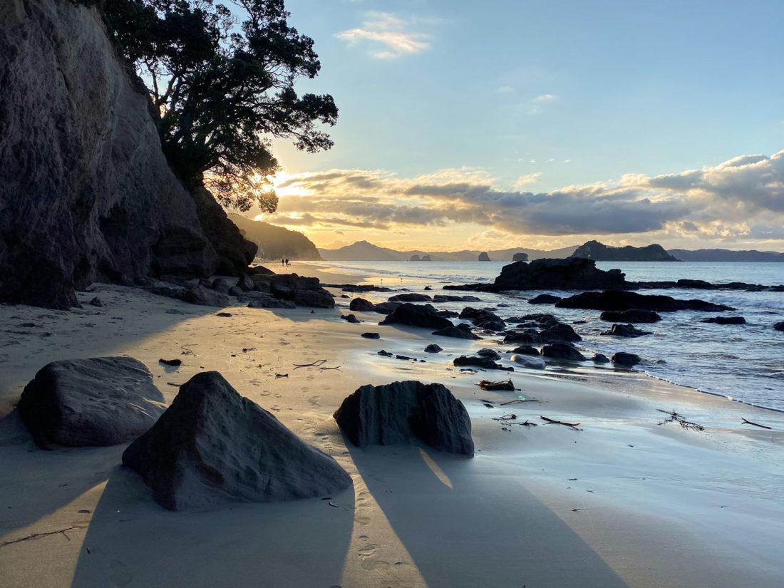 Coucher du soleil à Hahei Beach sur l'île du Nord, Nouvelle-Zélande