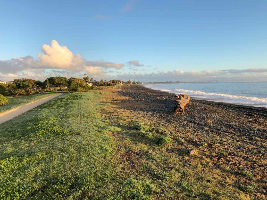 Piste cyclable le long de la plage de Te Awanga à Hawke's Bay