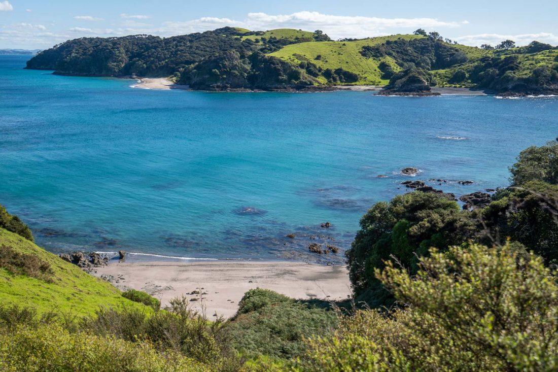 Plage de sable blanc sur la péninsule d'Akeake à pied sur l'île d'Urupukapuka