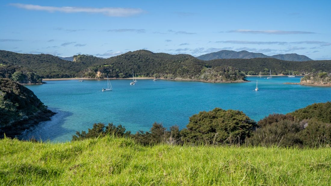 Yachts ancrés à Entico Bay et Paradise Bay sur l'île d'Urupukapuka