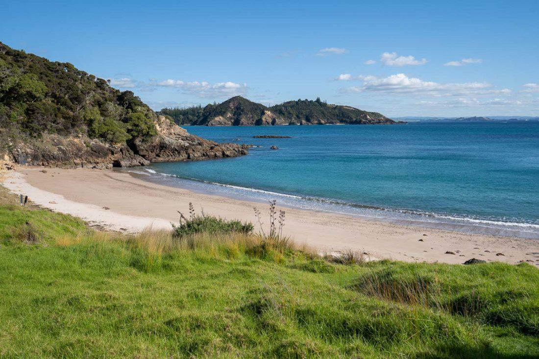 La plage de Akeake Bay sur l'île d'Urupukapuka, Nouvelle-Zélande