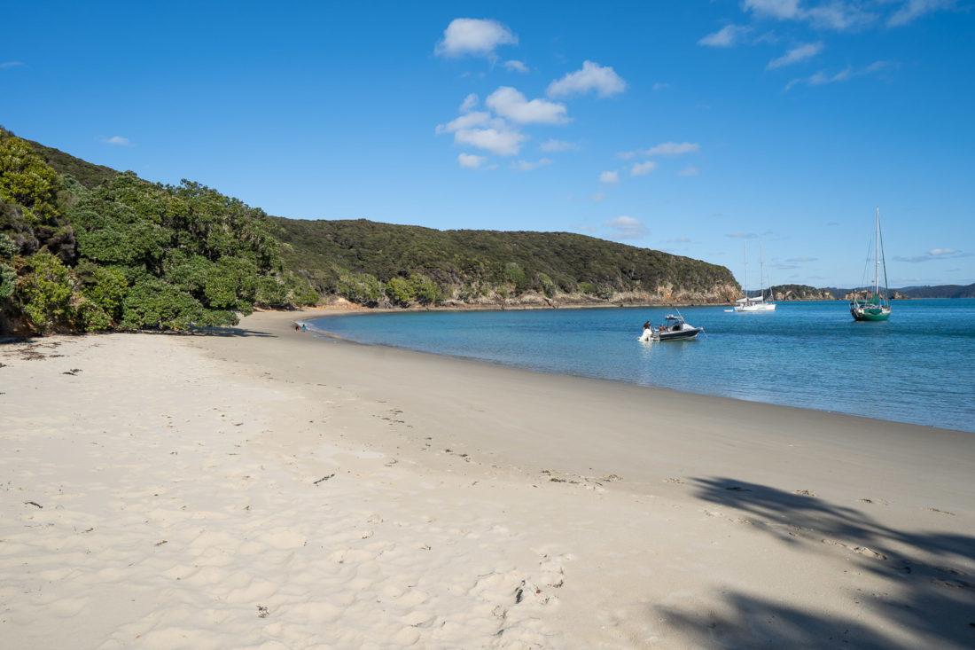 La plage de sable blanc de Paradise Bay sur l'île d'Urupukapuka