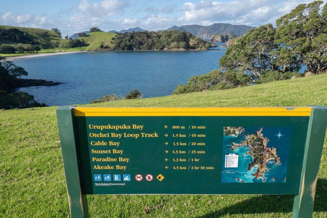Carte et panneaux pour l'île d'Urupukapuka à pied juste au-dessus de la baie d'Otehei