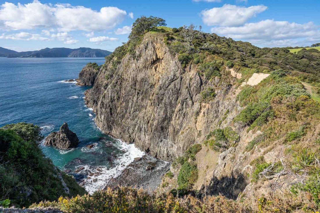Falaises sur le sentier pédestre Pateke Loop sur l'île d'Urupukapuka dans la baie des îles