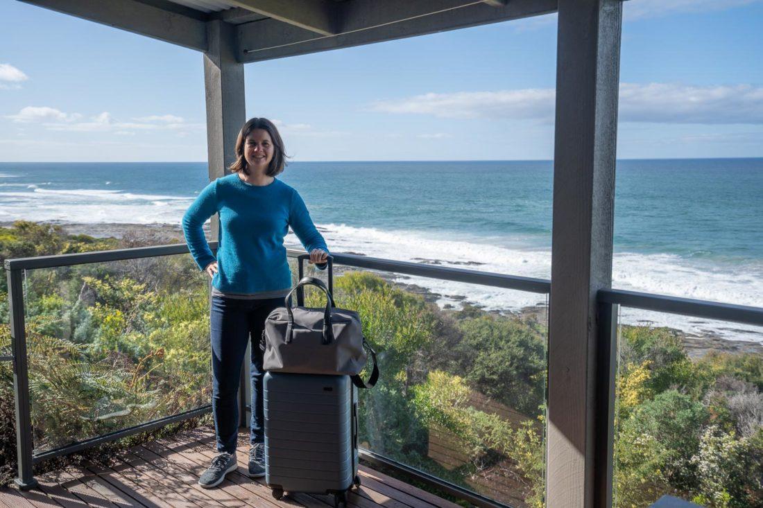 Erin avec valise Away sur Great Ocean Road
