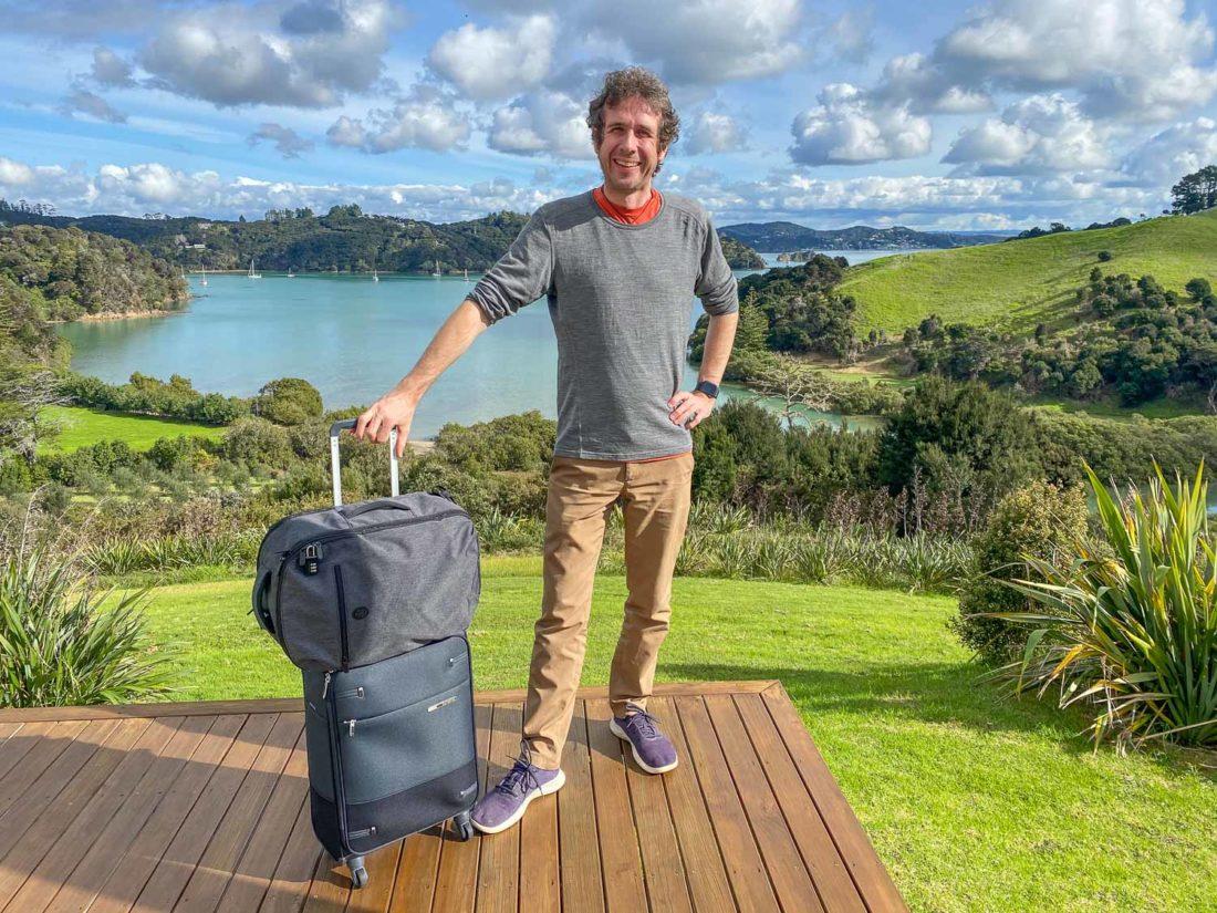 Simon avec sa valise Samsonite