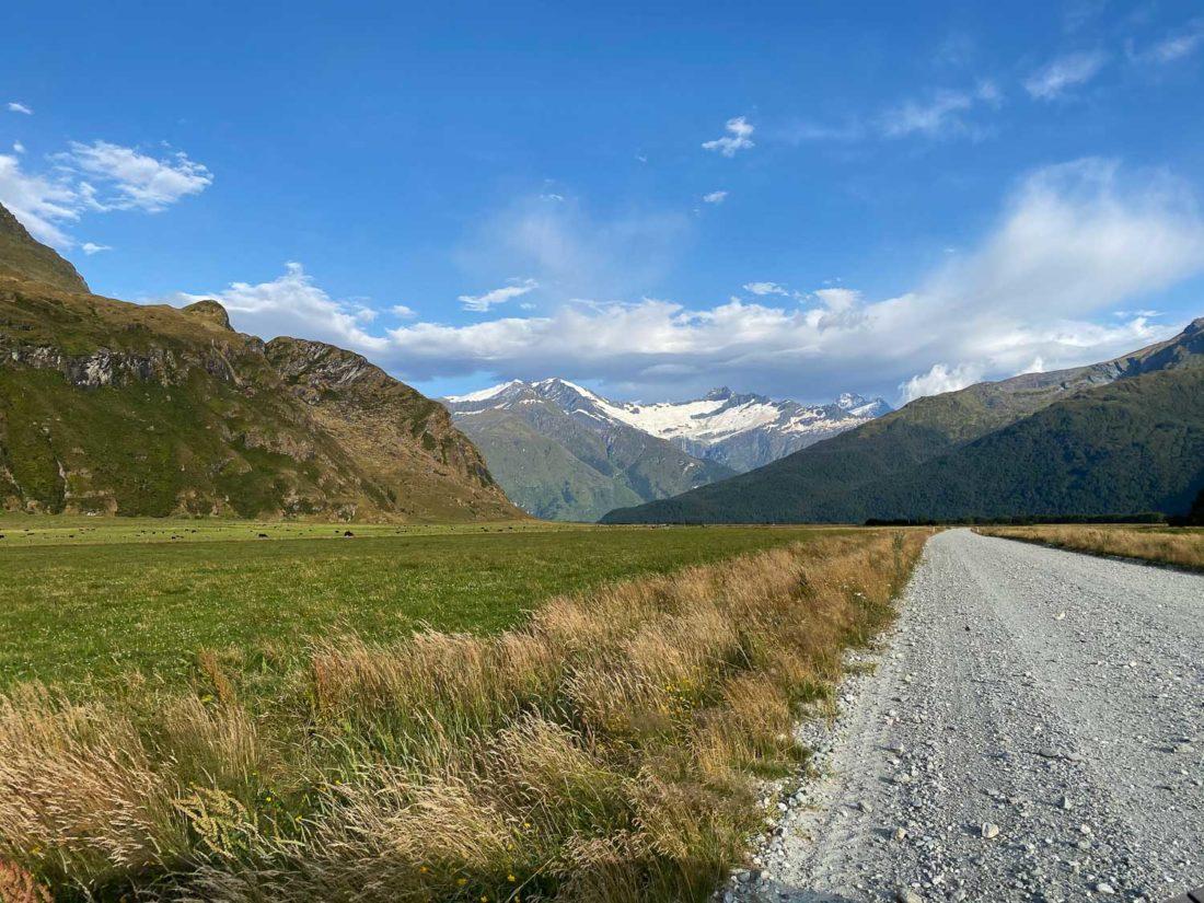 La route de gravier sur le chemin du parc national du mont Aspiring